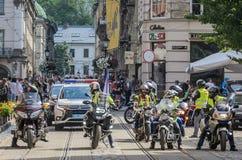 LVIV UKRAINA, MAJ, - 2018: Motocykliści jadą wokoło miasta w kolumnie towarzyszącej policją obrazy royalty free