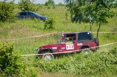 LVIV UKRAINA, MAJ, - 2016: Ogromny nastrajający samochodowy dżipa SUV jeżdżenie na droga gruntowa wiecu, dźwiganie wśród spectato Obrazy Royalty Free