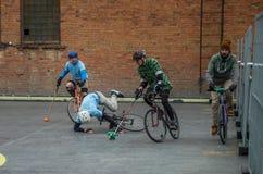 LVIV UKRAINA, MAJ, - 2017: Pourazowy spadek mężczyzna od bicyklu podczas gry w bicyklu przy rywalizacją Zdjęcie Royalty Free
