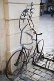 Lviv Ukraina - mars 27 2017: monument till brevbäraren och parkering för cyklar Arkivbild