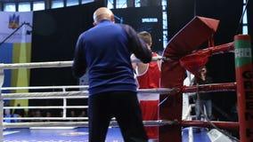 LVIV UKRAINA - November 14, 2017 boxas turnering Boxaren går ut in i cirkeln, innan han boxas duell lager videofilmer