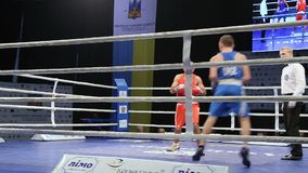 LVIV UKRAINA - November 14, 2017 boxas turnering Midweight boxarekamp i boxningsring på turnering stock video