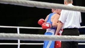 LVIV UKRAINA - November 14, 2017 boxas turnering Motståndare kramar efter duell lager videofilmer