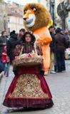LVIV UKRAINA - November 15: Flickan i en härlig dräkt säljer godisen i den Lviv marknadsfyrkanten, November 15, 2015 i Lviv, Ukra Royaltyfri Fotografi