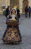 LVIV UKRAINA - November 15: Flickan i en härlig dräkt säljer godisen i den Lviv marknadsfyrkanten, November 15, 2015 i Lviv, Ukra Arkivfoto