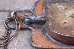 LVIV UKRAINA, OCT, - 31, 2018: Myszy łasowania ser Rzeźba robić metal Cudowna Mała mysz obraz royalty free