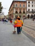 Lviv Ukraina, Oct, - 7 2018: Pracownik społeczna gospodarka w głównego placu rynku stary miasteczko starożytna architektury fotografia royalty free