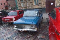 Lviv Ukraina, Październik, - 18, 2015: Stary sowiecki samochód parkujący na cit Obrazy Stock