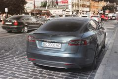 Lviv Ukraina, Październik, - 25, 2018: Tesla Elektrycznego samochodu model S obraz royalty free
