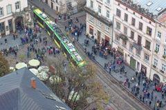 Lviv Ukraina Październik 2018 Widok Targowy kwadrat w Lviv od wzrosta urząd miasta wierza Ludzie na ulicie E zdjęcie stock