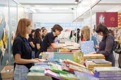 LVIV UKRAINA - SEPTEMBER 19, 2018: Boksäljare och shoppare bland bokstalls på den 25th Lviv Internationalbokmarknaden arkivfoton