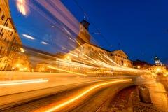 LVIV UKRAINA - SEPTEMBER 12, 2016: Lviv stad och Lviv gammal stad med folk Solnedgångljus och Lviv stad Hall With Moving Tram Blå Arkivbilder