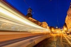 LVIV UKRAINA - SEPTEMBER 12, 2016: Lviv stad och Lviv gammal stad med folk Solnedgångljus och Lviv stad Hall With Moving Tram Blå Arkivbild