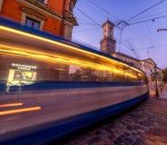 LVIV UKRAINA - SEPTEMBER 12, 2016: Lviv stad och Lviv gammal stad med folk Solnedgångljus och Lviv stad Hall With Moving Tram lon Arkivfoton