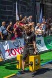 LVIV UKRAINA, SIERPIEŃ, - 2017: Silna atleta bodybuilder niesie ciężkie żelazne walizki, wewnątrz ćwiczy średniorolnego ` s space Fotografia Royalty Free
