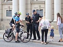 Lviv Ukraina - spt 08 2018: Den nya polisen hjälper folk i centret nära operahuset En cykelpatrull meddelar med c royaltyfria foton