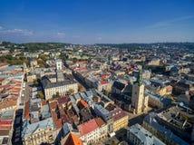 LVIV UKRAINA, WRZESIEŃ, - 08, 2016: Lviv śródmieście z Lviv urzędu miasta i katedry Łaciński wierza z kościół Święta komunia Zdjęcie Royalty Free