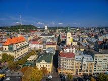 LVIV UKRAINA, WRZESIEŃ, - 08, 2016: Lviv śródmieście z Lviv urzędu miasta i katedry Łaciński wierza z kościół Święta komunia, Obrazy Royalty Free