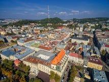 LVIV UKRAINA, WRZESIEŃ, - 08, 2016: Lviv śródmieście z Lviv urzędu miasta i katedry Łaciński wierza z kościół Święta komunia, Obraz Royalty Free