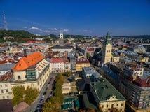 LVIV UKRAINA, WRZESIEŃ, - 08, 2016: Lviv śródmieście z Lviv urzędu miasta i katedry Łaciński wierza z kościół Święta komunia, Obraz Stock