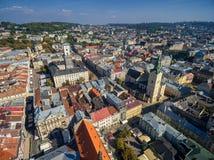 LVIV UKRAINA, WRZESIEŃ, - 08, 2016: Lviv śródmieście z Lviv urzędu miasta i katedry Łaciński wierza z kościół Święta komunia Fotografia Stock