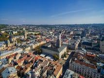 LVIV UKRAINA, WRZESIEŃ, - 08, 2016: Lviv śródmieście z Lviv urzędu miasta i katedry Łaciński wierza z kościół Święta komunia Zdjęcia Royalty Free