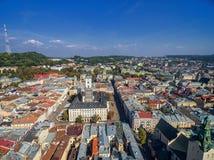 LVIV UKRAINA, WRZESIEŃ, - 08, 2016: Lviv śródmieście z Lviv urzędu miasta i katedry Łaciński wierza z wysokość kasztelem w tle Zdjęcia Stock