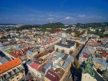 LVIV UKRAINA, WRZESIEŃ, - 08, 2016: Lviv śródmieście z Lviv urzędu miasta i katedry Łaciński wierza z wysokość kasztelem w tle Obraz Stock