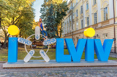 LVIV UKRAINA, WRZESIEŃ, - 08, 2016: Lviv miasta symbol i miasta imię Zdjęcia Stock