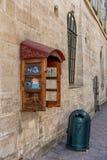 LVIV UKRAINA, WRZESIEŃ, - 08, 2016: Lviv miasto i Recicle kosz, telefonu pudełko Zdjęcia Royalty Free