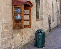 LVIV UKRAINA, WRZESIEŃ, - 08, 2016: Lviv miasto i Recicle kosz, telefonu pudełko Obraz Royalty Free