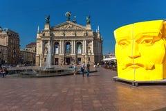 LVIV UKRAINA, WRZESIEŃ, - 07, 2016: Lviv miasto Z Lokalną architekturą i ludzie Lviv Krajowy Akademicki theatre opera i piłka Obraz Stock