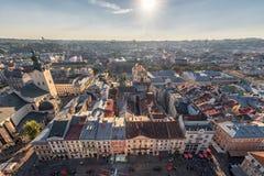 LVIV UKRAINA, WRZESIEŃ, - 08, 2016: Lviv zmierzch i pejzaż miejski Obiektywu raca sunlight Obrazy Stock