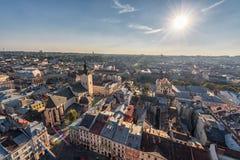 LVIV UKRAINA, WRZESIEŃ, - 08, 2016: Lviv zmierzch i pejzaż miejski Obiektywu raca sunlight Obraz Royalty Free