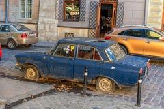 LVIV UKRAINA, WRZESIEŃ, - 08, 2016: Lviv miasto i Stary samochód Zdjęcia Stock