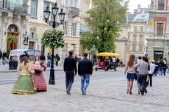 Lviv Ukraina, Wrzesień, - 22, 2012: Stary miasteczko Lviv Kwadratowy rynek Dziewczyny na ulicznym serw cukierku Zdjęcia Royalty Free