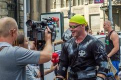 LVIV, UKRAINE - AOÛT 2015 : L'athlète fort du ` s d'homme fort est pris par un journaliste de TV Photo libre de droits