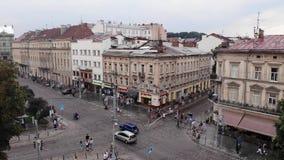Lviv, Ukraine - 25 août 2018 : Mouvement des véhicules, des piétons et des marcheurs sur l'avenue de Svobody banque de vidéos