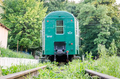 Lviv, Ukraine - août 2015 : Les chariots ferroviaires de train passent en coup de vent sur les enfants ferroviaires en parc de St Image stock