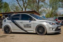 LVIV, UKRAINE - AVRIL 2016 : Joint des courses d'automobiles de sports WRC pour l'emballage de rassemblement de Ford Focus photos libres de droits
