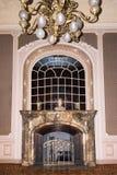 LVIV, UKRAINE - 8 JANVIER 2016 : Cheminée de marbre de vintage Chambre des scientifiques - un ancien casino national jusqu'en 193 Photos libres de droits