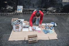 Lviv, Ukraine - 21 janvier 2018 : Exposition de peinture de jet pour l'assistance au milieu de la rue, jeune belle séance sur les Images stock