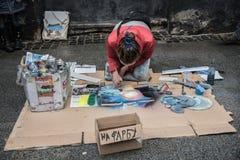 Lviv, Ukraine - 21 janvier 2018 : Exposition de peinture de jet pour l'assistance au milieu de la rue, jeune belle séance sur les Image stock