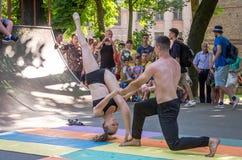 Lviv, Ukraine - juillet 2015 : Fest 2015 de rue de Yarych Deux danseurs exécutent au festival des sports extrêmes à l'assistance Photos stock