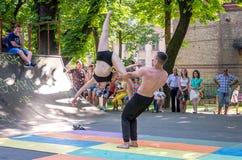 Lviv, Ukraine - juillet 2015 : Fest 2015 de rue de Yarych Deux danseurs exécutent au festival des sports extrêmes à l'assistance Photo stock