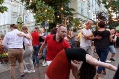 Lviv, Ukraine - 9 juin 2018 : Danseurs de Salsa en café extérieur près de fontaine de Diana à la place du marché à Lviv Images stock