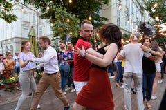Lviv, Ukraine - 9 juin 2018 : Danseurs de Salsa en café extérieur près de fontaine de Diana à la place du marché à Lviv Photo libre de droits