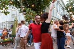 Lviv, Ukraine - 9 juin 2018 : Danseurs de Salsa en café extérieur près de fontaine de Diana à la place du marché à Lviv Photo stock