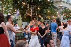 Lviv, Ukraine - 9 juin 2018 : Danseurs de Salsa en café extérieur près de fontaine de Diana à la place du marché à Lviv Image libre de droits