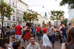 Lviv, Ukraine - 9 juin 2018 : Danseurs de Salsa en café extérieur près de fontaine de Diana à la place du marché à Lviv Photographie stock libre de droits